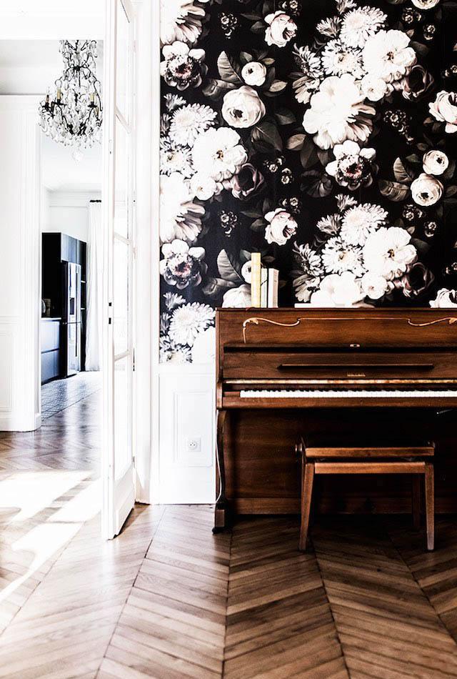 Wallpaper wall as piano decor