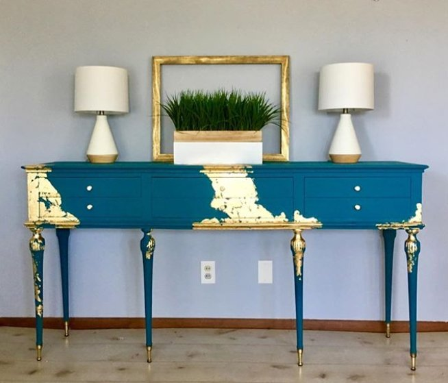 Gold swaths on a rich blue give this federal piece a whole new look