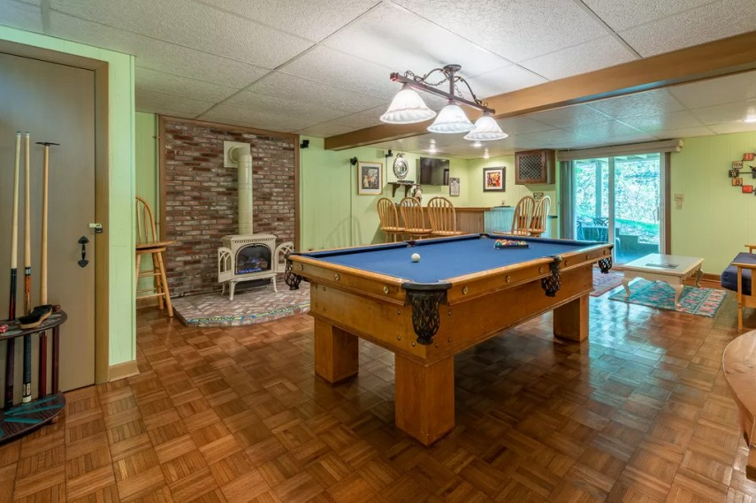 It's great to put a bar in the corner of your billiards room