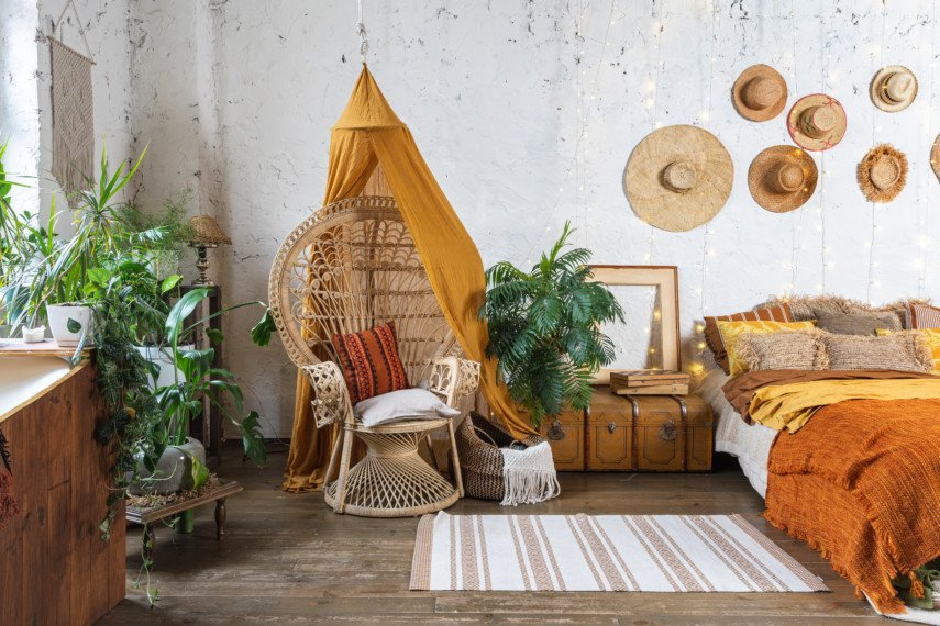 Eclectic bedroom with plants and decorative hats