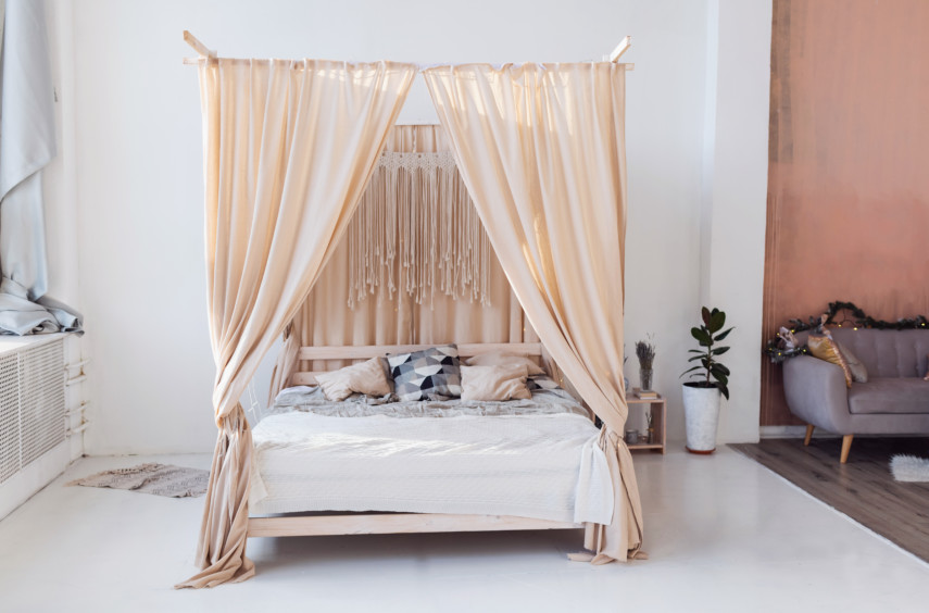 Canopy bed in white and pastel colors